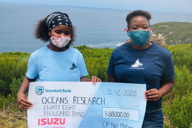 Chulumanco gqiza left student at the oceans outreach foundation and sophumelela qowa oceans outreach officer 2